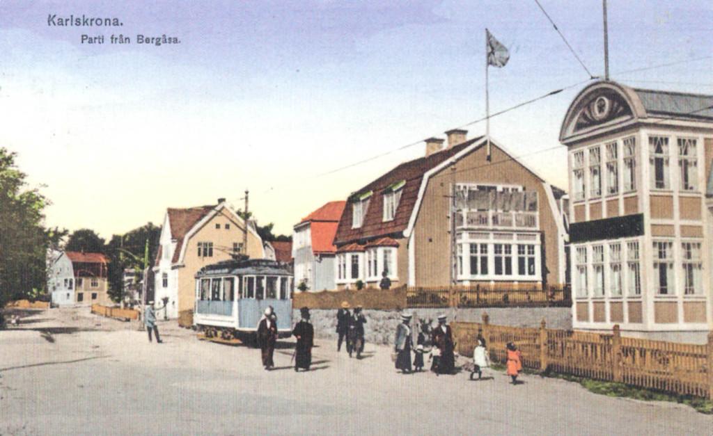 Vykortet visar platsen där Karlskrona spårvägar hade sin ändhållplats på Bergåsa framför huset där systrarna Glans tobaks- och pappershandel låg.