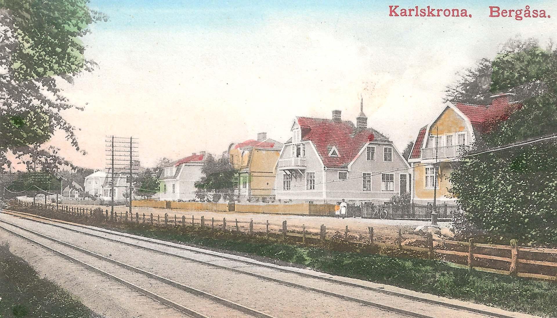 Bilden tagen 1913 (samma som ovan fast kolorerad) och här ligger mycket prydligt både normal- och smalspår (till Torsås) på banvallen. I dag finns bara normalspåret kvar. Husen är fortfarande sig lika.
