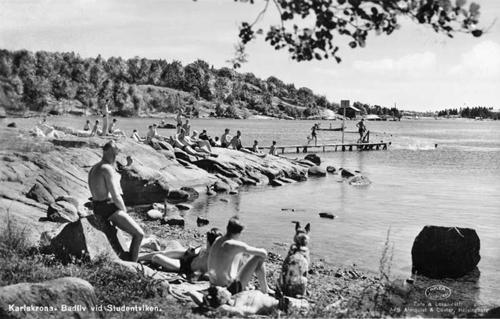 Bilden visar badlivet vid Studentviken en sommardag på 1940-talet.