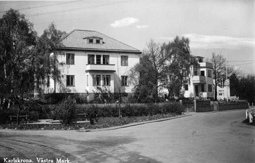 """Vykort från Bergåsa cirka 1940 och det som syns på bilden är korsningen mellan Erik Dahlbergsgatan och Studentgatan och som i folkmun kallades """"Trekanten"""". På grund av sin torgliknande utvidgning med bänkar blev detta en populär samlingsplats för ungdomarna på Bergåsa under kvällstid, till stort förtret för många av de som bodde närmast som inte gillade de högljudda lekarna."""