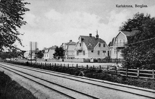 Bilden tagen 1913 och här ligger mycket prydligt både normal- och smalspår (till Torsås) på banvallen. I dag finns bara normalspåret kvar. Husen är fortfarande sig lika.