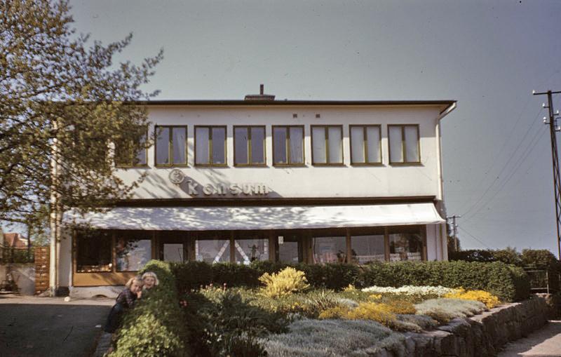 Konsumbutik på Korpralsgatan. Foto Paavo Lindquist, 1950-tal. Källa Blekinge Museum.