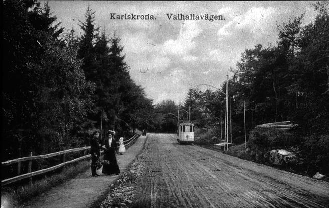 Spårvagn längs Valhallavägen. Monsunen till vänster. Okänd fotograf. Källa Blekinge Museum.