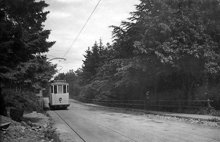 Spårvagn på Valhallavägen 1911. På höger sida ligger numera kvarteret Monsunen. Okänd fotograf. Källa Blekinge Museum.