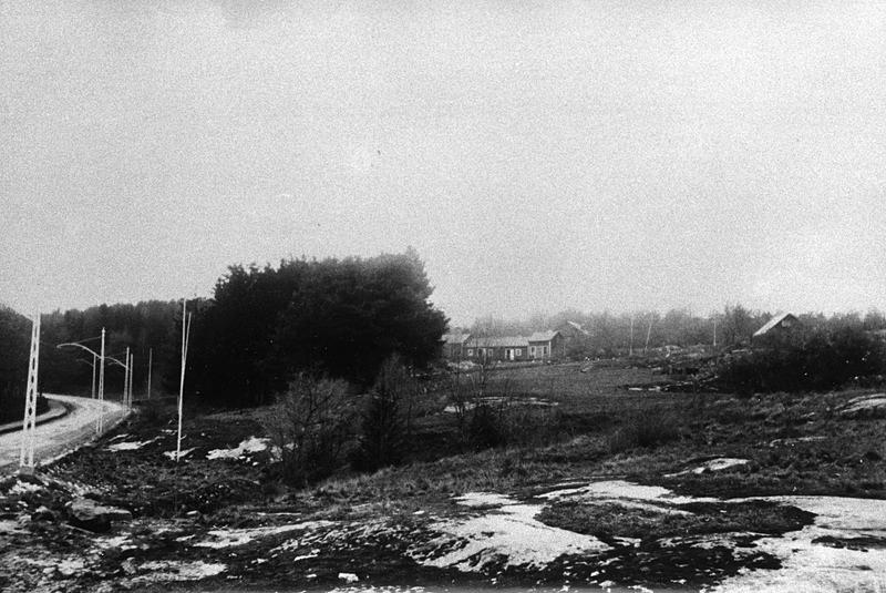 Bergåsa Stadsfarm som gett stadsdelen sitt namn ligger uppe på höjden. Valhallavägen med spårvägsstolparna som sattes 1910, till vänster i bild. Fotografen kan ha stått ungefär där Korpralsgatan idag ligger och stadsfarmens byggnander ungefär där Kronobergsgatan idag ligger. Okänd fotograf. Källa Blekinge Museum.