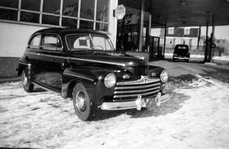 Landshövdingens bil, en Ford Coupe 1948, som står vid Fords anläggning på Bergåsa. Okänd fotograf. Källa Blekinge Museum.