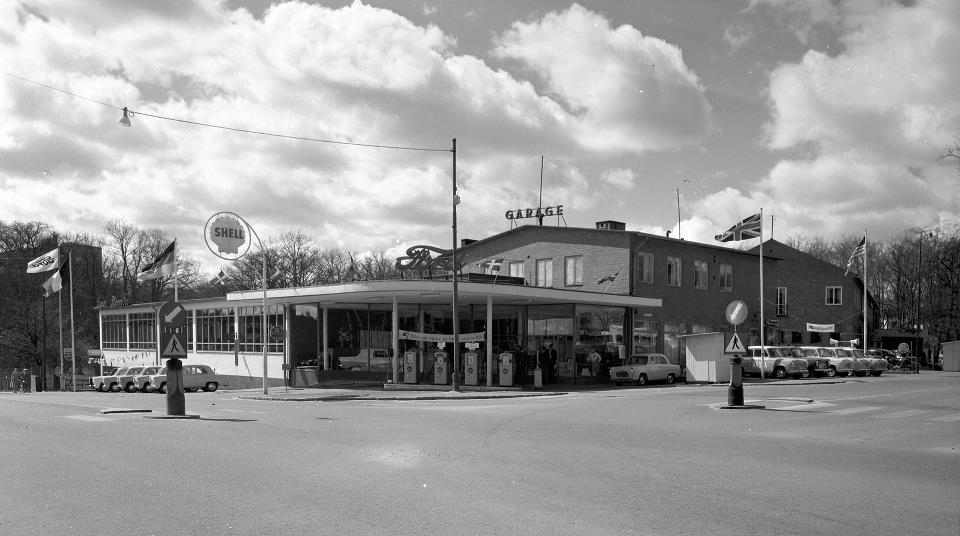 Fords bilhall på Bergåsa vid korsningen Sunnavägen - Valhallavägen. Numera finns Bergåsa Livs och Speedy Bilservice i byggnaden.