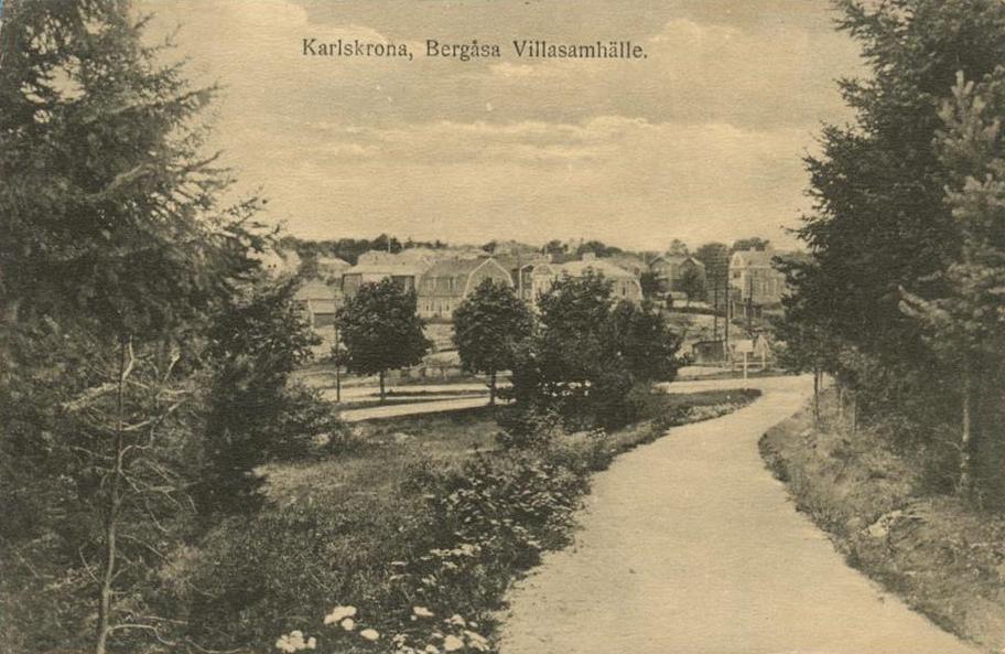 Bilden på vykortet är tagen från Karlskrona Centrallasarett mot Bergåsa villaområde. Bilden är tagen gissningsvis runt 1910.