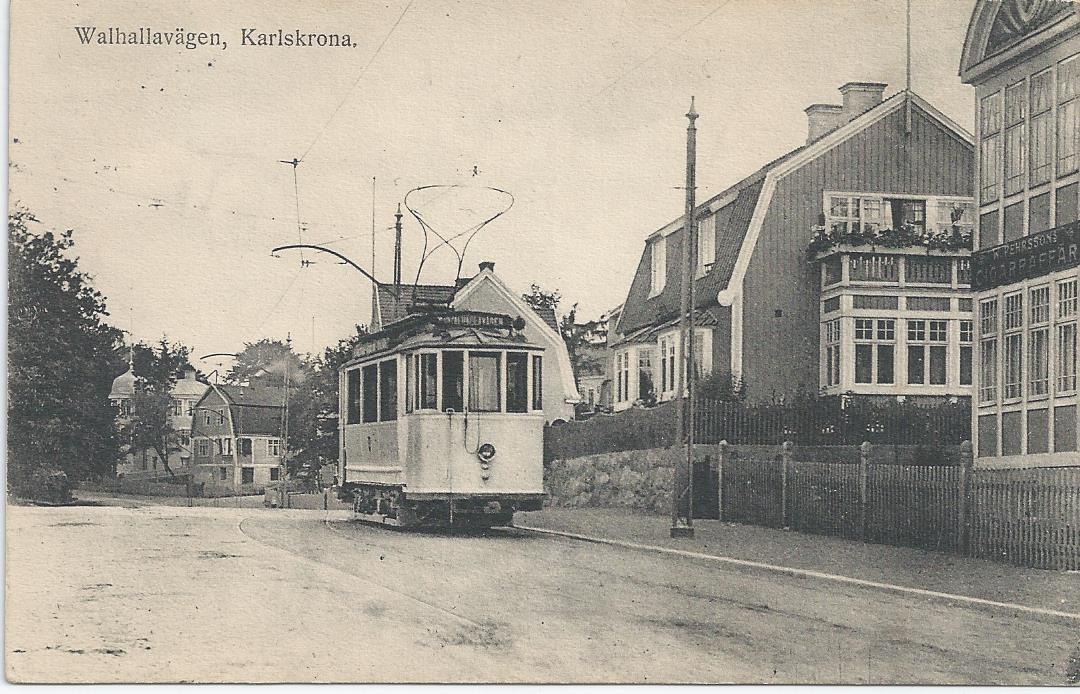 Vykortet visar spårvagn på Valhallavägen.