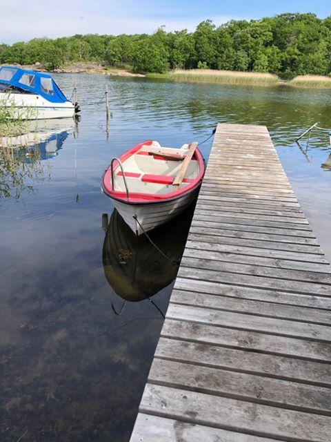 Röd båt vid Studentviken